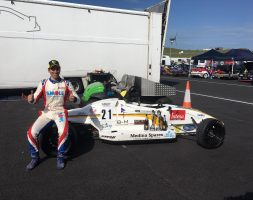 Il giovane sammarinese domina sul circuito gallese entrambe le gare